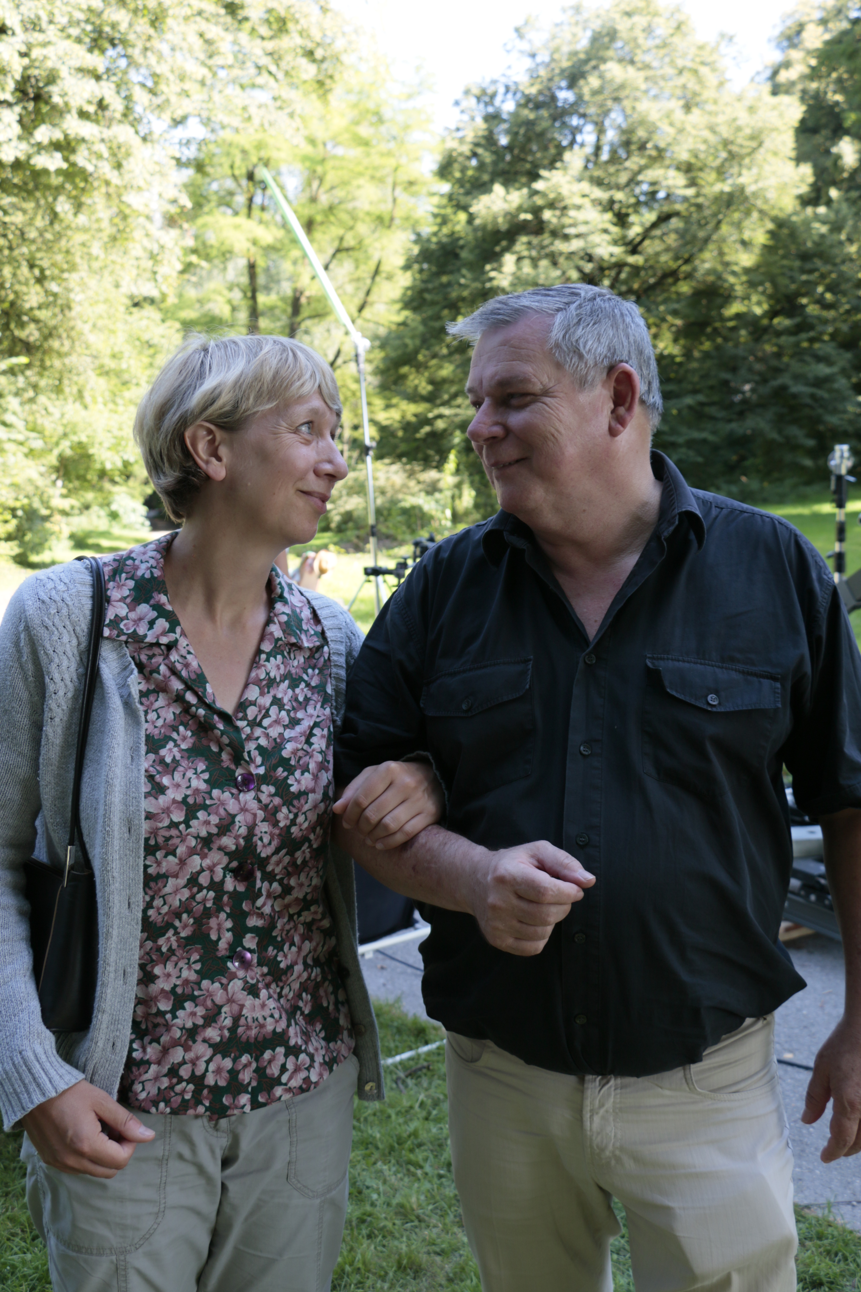 "Lois Seidl als Herr Klausmann in ""Larvenspiel"""